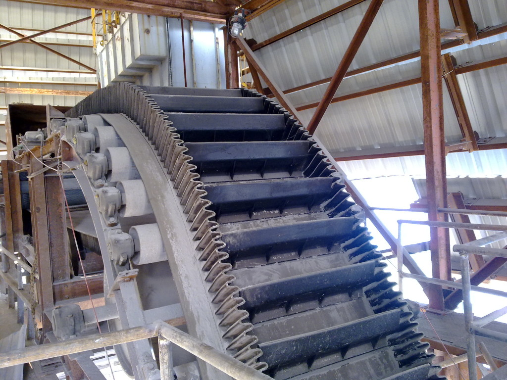 steep-angle-belt-conveyor-devcon-systems